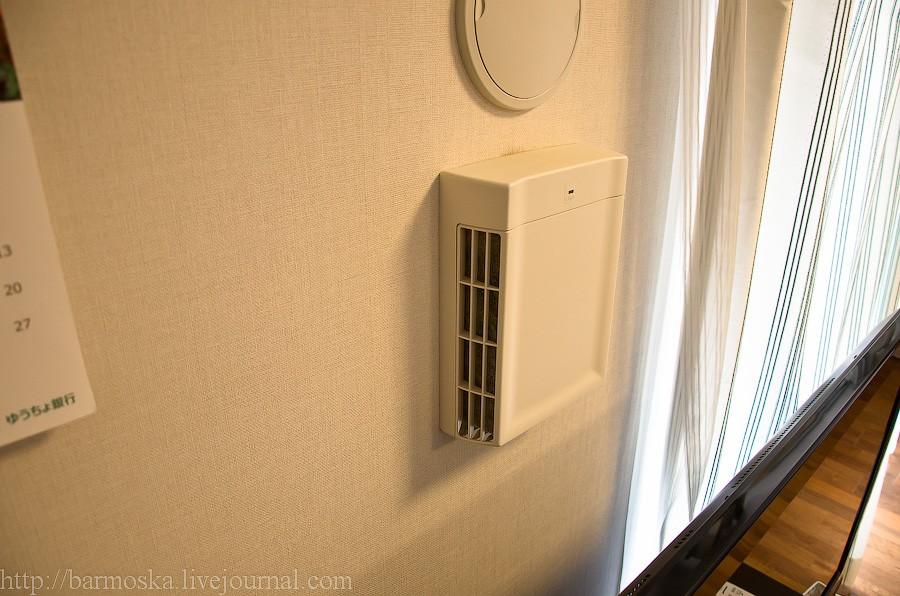 35. На стене позади телевизора люки приточной и принудительной вентиляции. Воздух в квартире очень чистый, кстати.