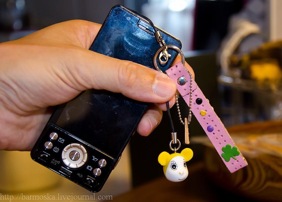 43. Небольшое отступление к вопросу о том, что японцы любители вешать всякое на телефон — вот один из хозяйских телефонов.