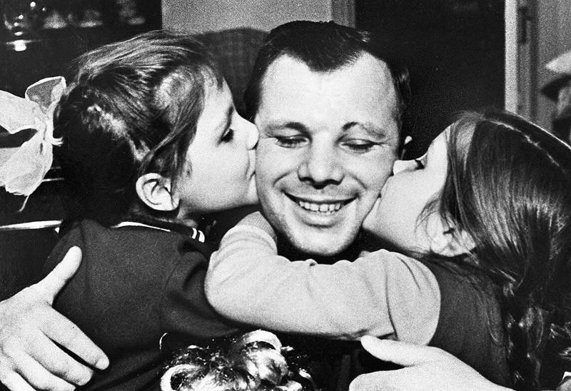 6. Юрий Гагарин вместе с дочерьми.