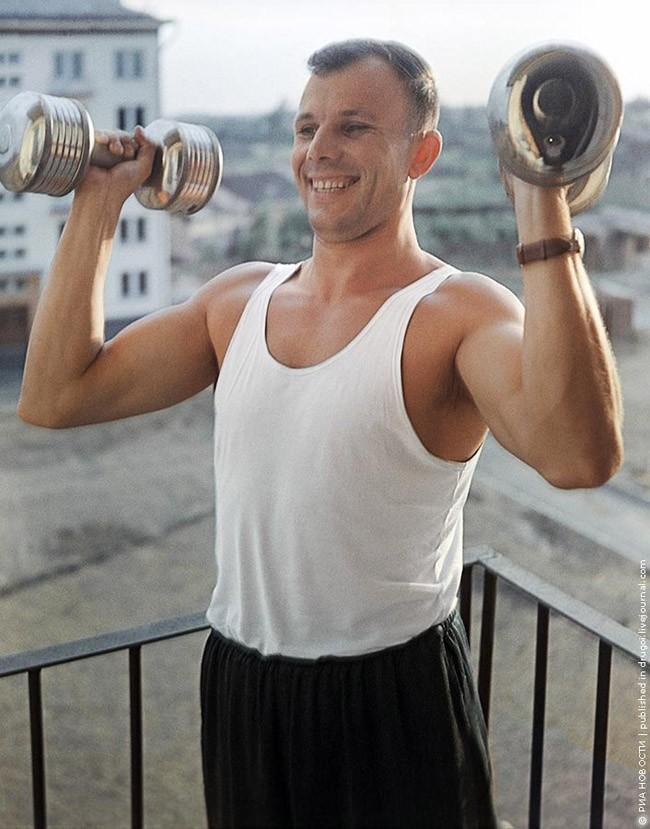 10. Физкультура. Спустя два года после полета Гагарин по-прежнему находится в хорошей физической форме. Лето 1963 года.