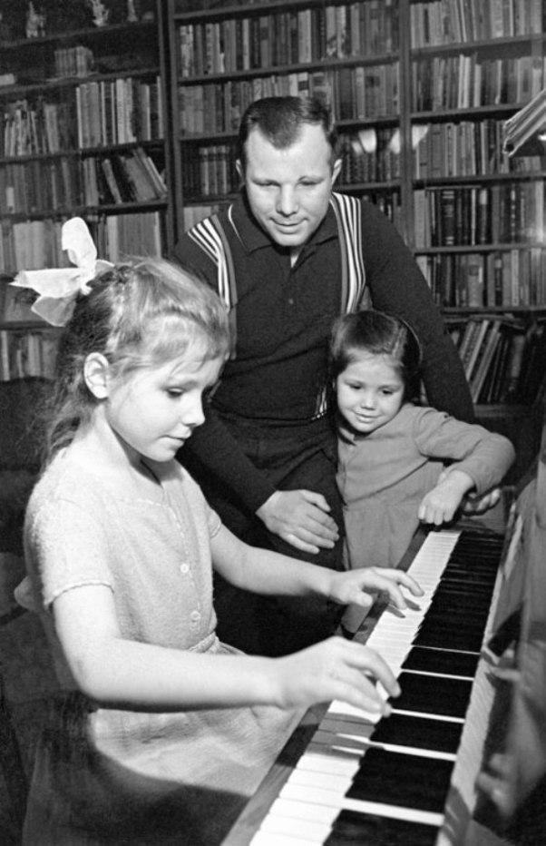16. Юрий Гагарин вместе с дочерьми Галей и Леной.