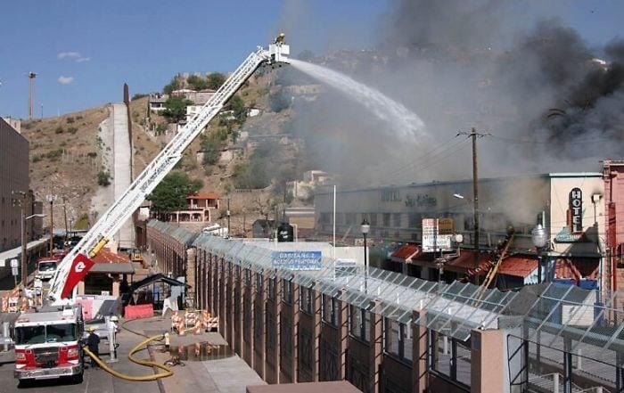 1. Пожарные из США тушат пожар в Мексике