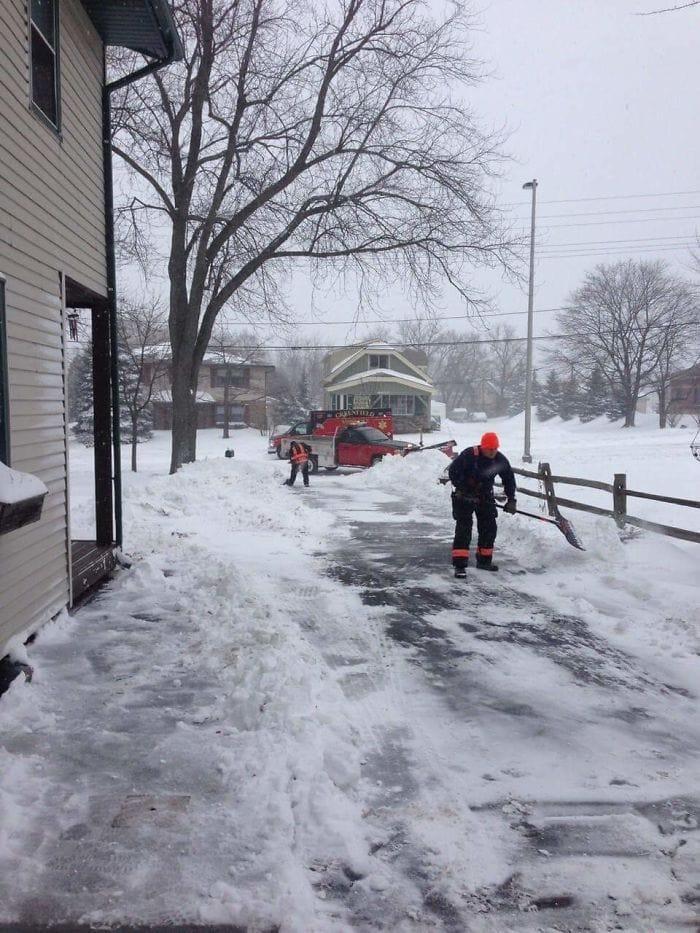 8. У пожилого мужчины случился сердечный приступ, пока он чистил двор от снега. Медики отвезли его в больницу и вернулись дочистить двор