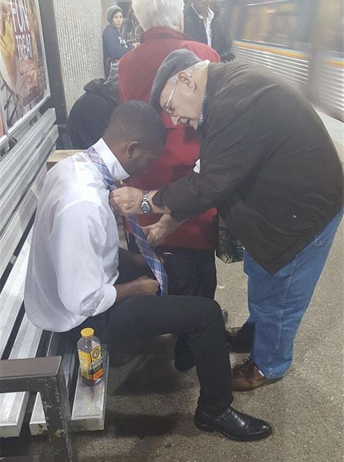 9. Дяденька помогает незнакомому парню завязать галстук