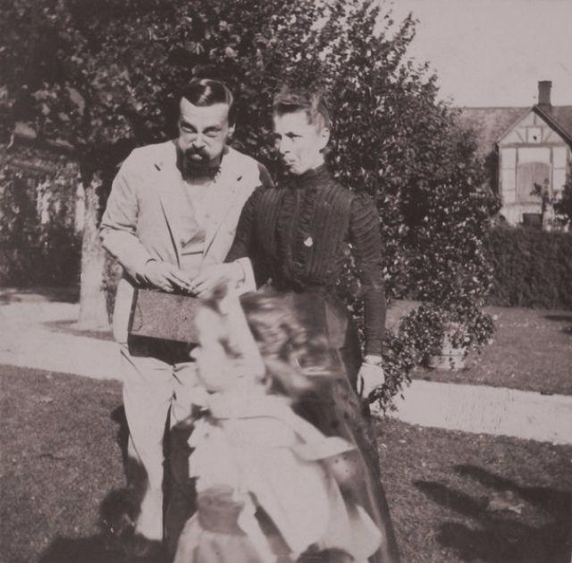 Великий князь Александр Михайлович и принцесса Датская. Перед ними пробегает княжна Ольга.