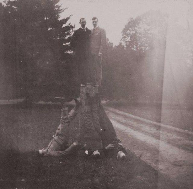 Верхом на пне стоят принц Николай и великий князь Кирилл Владимирович, а другие участники игры изображают «березку» вокруг пенька.