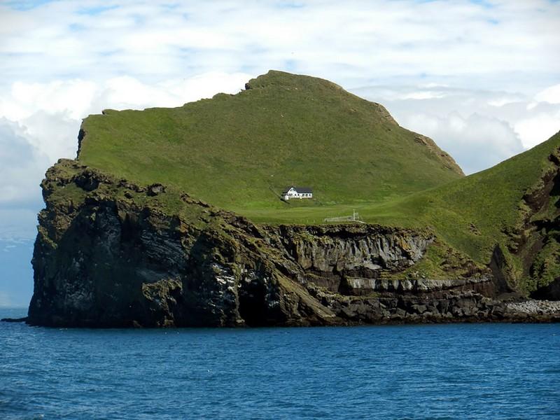Одинокий дом на острове. Исландия.