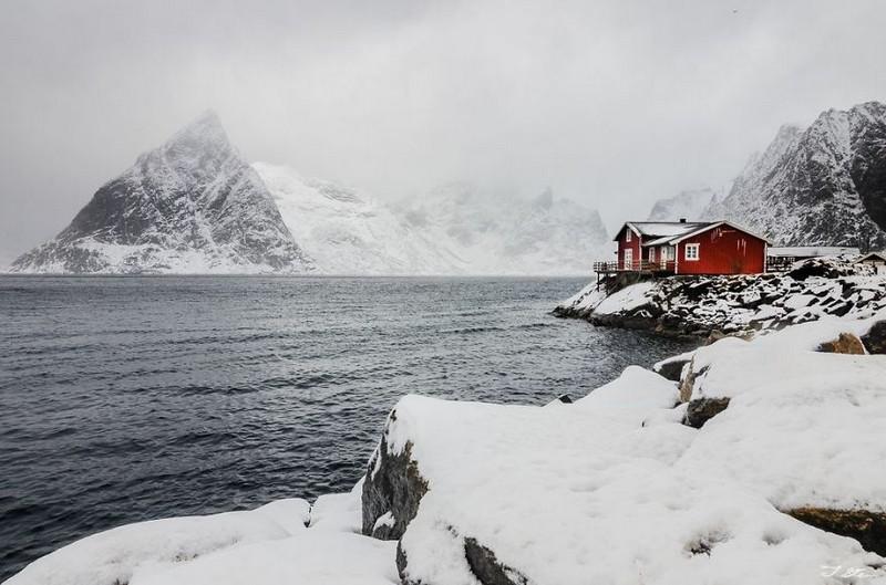 Красный дом в снегу. Норвегия.