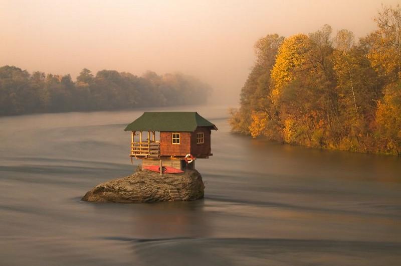 Домик на середине реки Дрина. Сербия.