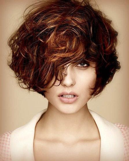7. Если волосы трудно уложить, попробуйте объемную стрижку с непослушными кудрявыми локонами.