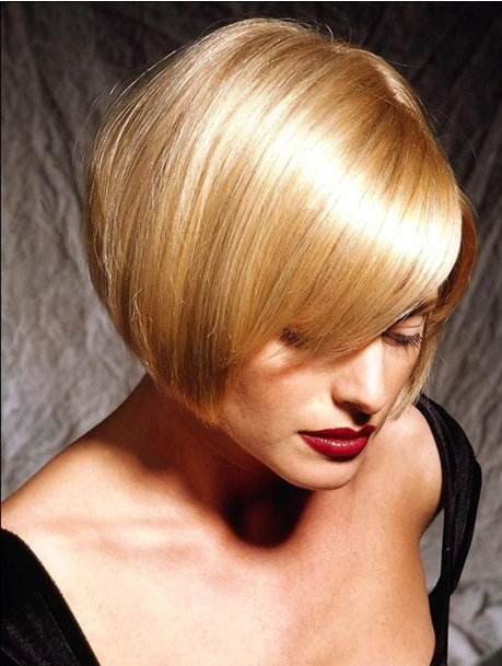 8. Прямые волосы могут смотреться очень красиво, элегантно и женственно, а челка на бок только украсит стрижку.