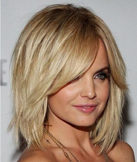 19. Если вы не хотите очень коротко стричь волосы, можете выбрать стрижку немного длинней, но обязательно сделайте и челку необычной формы.
