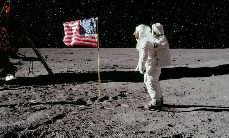 16. Нил Армстронг вынужден был заполнить форму эмигранта после того, как вернулся с Луны.