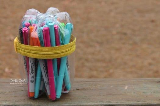 Дети захотят поиграть и понесут на улицу игрушки, карандаши и т.д. Сделайте им футляры с прозрачными стенками под мелкие предметы!