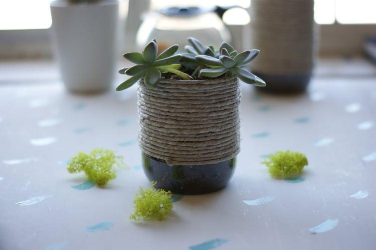 Летом многих тянет поковыряться в земле, заняться огородом и цветами. Горшочки из пластиковых бутылок помогут вам унять садоводческий зуд и сэкономить средства