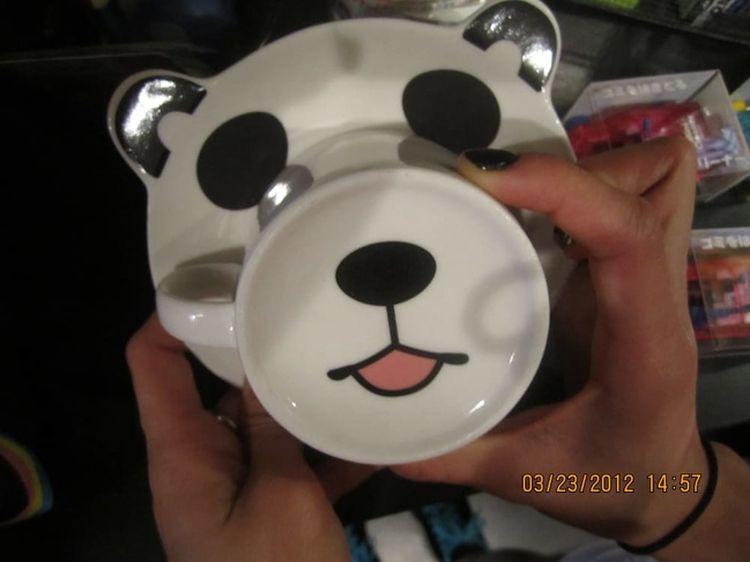 С одной стороны — чайный набор, а с другой — веселый мишка