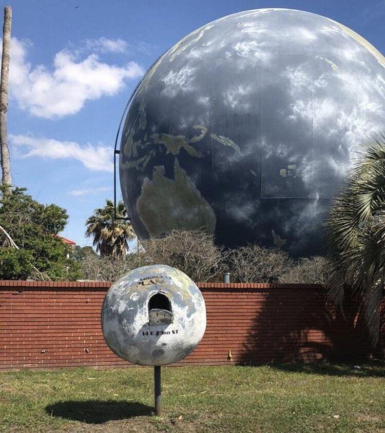 У огромного дома в форме земного шара есть свой спутник — почтовый ящик