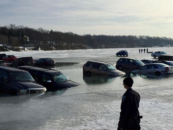 6. «Вот чем обернулась парковка на льду»