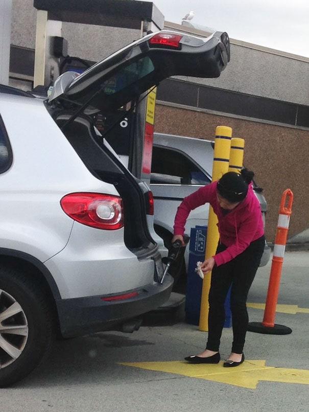 11. «Женщина на заправке использует бензин, чтобы почистить бампер»