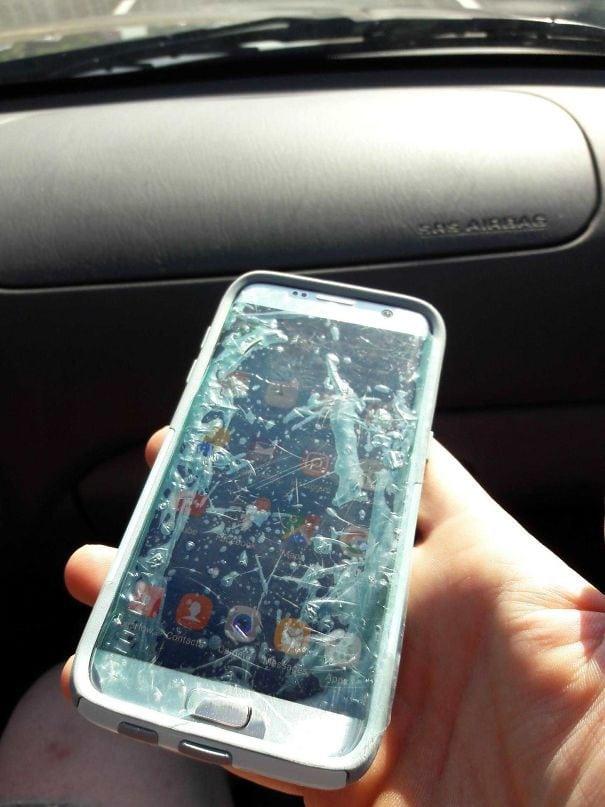 12. «Я сказал маме, чтобы она использовала плёнку для защиты экрана. Она поняла это слишком буквально и взяла обычный пакет»