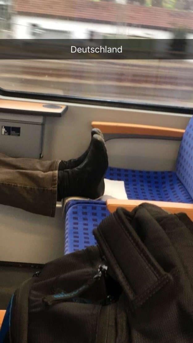 Снимать обувь не обязательно, но пачкать сидение?!!