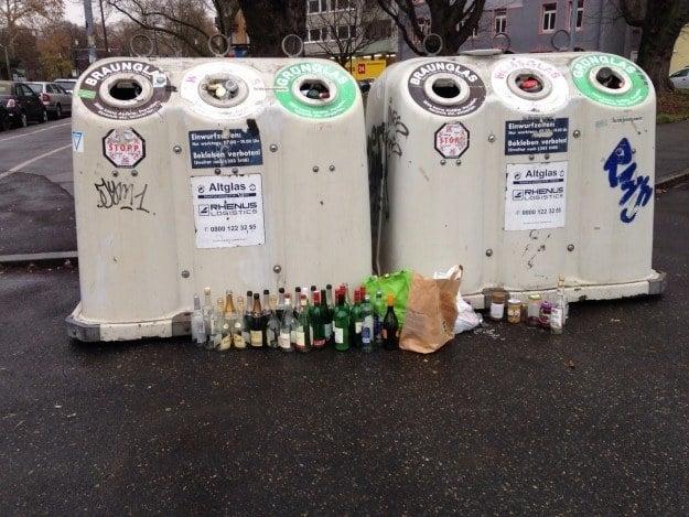 Даже после жестоких загулов бутылки в контейнере разделены по цвету