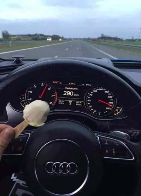 Автобаны специально выстроены для езды с большой скоростью. И да, кушать мороженое за рулем можно