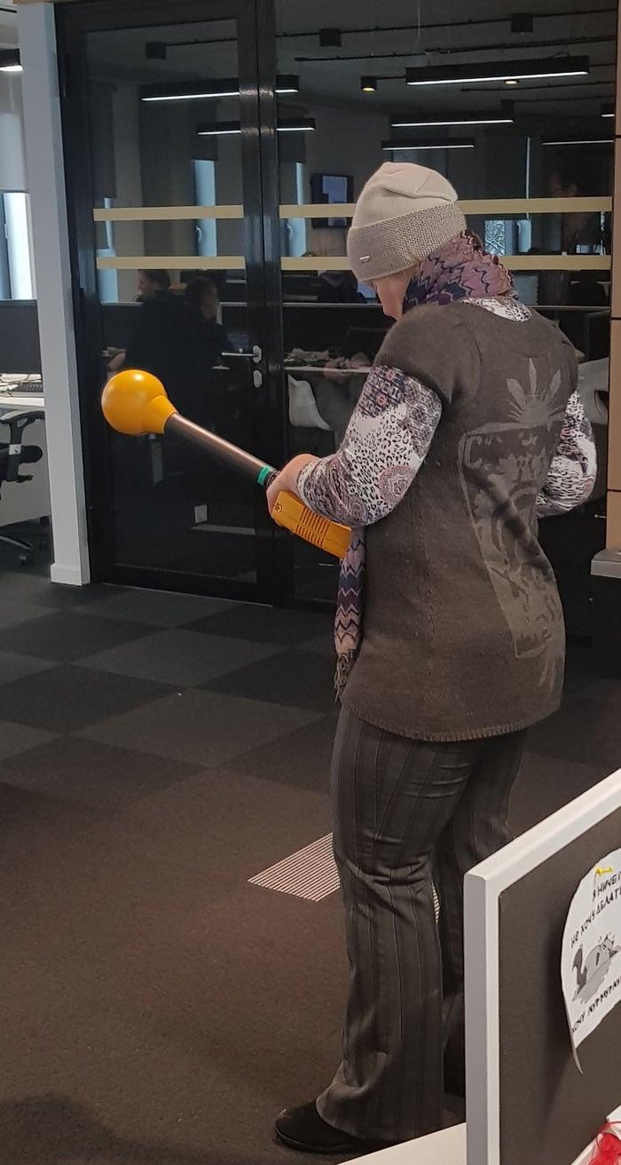 5. «Женщина ходит по офису с этой штукой. Что это? Она обследует офис, а у неё в руках — измеритель параметров электрического и магнитного полей».