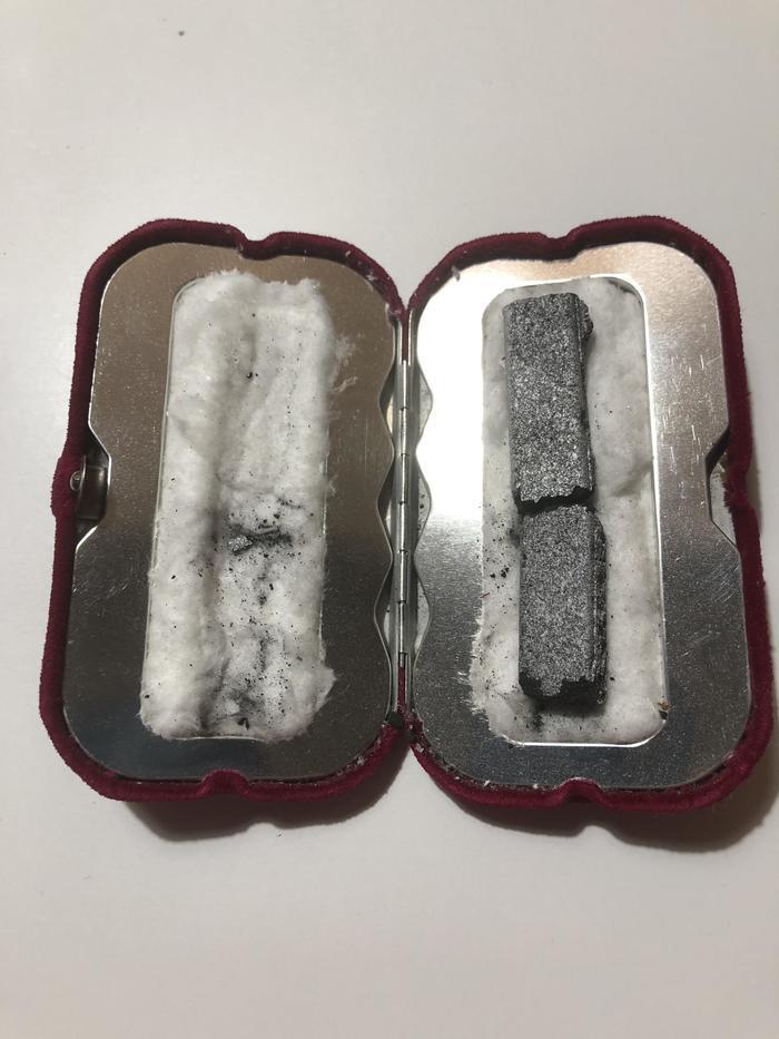 12. «Кто-нибудь знает, что это вообще такое? Это старая грелка для рук — уголь внутри неё поджигается, разгорается минут 10, а потом греет примерно 9 часов».