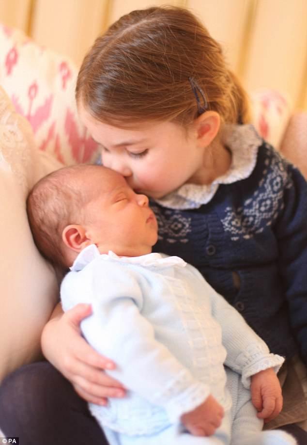 Вот то самое фото — кроха Луи и его старшая сестра Шарлотта. Обратите внимание на светлый костюмчик принца и синий с белым узором джемпер принцессы