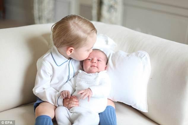 А вот фото из недавнего прошлого — старший сын Кейт, принц Джордж, вместе с новорожденной Шарлоттой. Белый костюмчик немного отличается, но это потому что королевская семья может позволить иметь отпрыску несколько версий