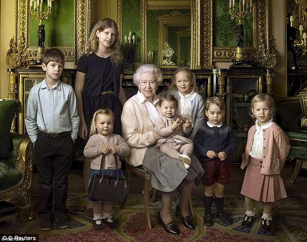Идем дальше — на фото с прабабкой и кучей родни юный Джордж в темно-синем кардиганчике с белым узором. Можете пролистать назад, точно такой же надет на Шарлотту на первом фото. Точнее, это он и есть