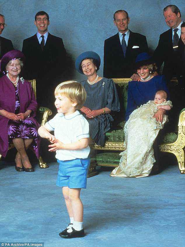 А вот его отец принц Уильям в 1984-ом — точно такая же одежда