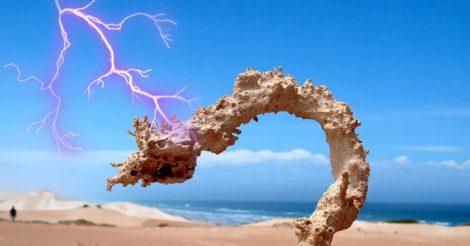 удар молнии по песку