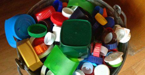 сделать из пластиковых крышек