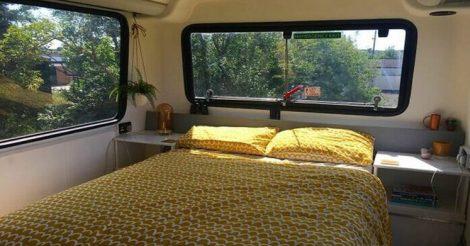 автобус в двухэтажный дом