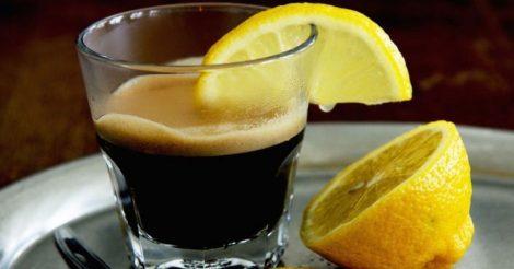 добавлять лимон в кофе