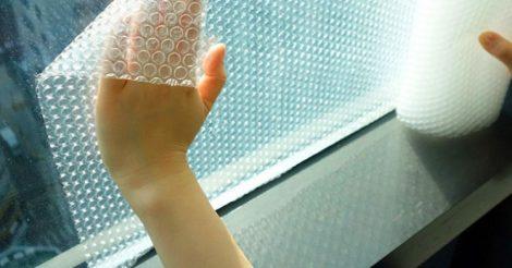 клеить на окно пленку
